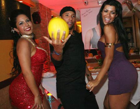 Mulher Melão se diverte com Mulher Moranguinho em seu aniversário