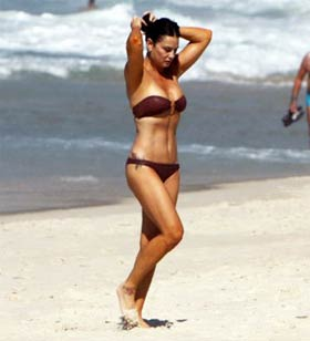 Luiza Brunet super gostosa de biquini na praia