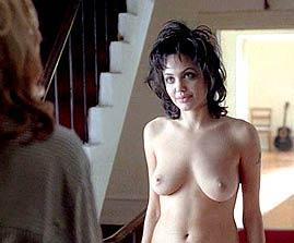 Foto de Angelina Jolie nua atuando em cena de um filme