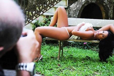 Dani Bolina posando para ensaio sensual no Paparazzo