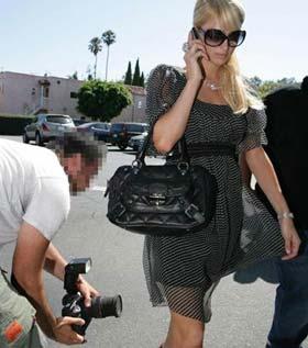 Paparazzis Flagras Paris Hilton por debaixo da saia