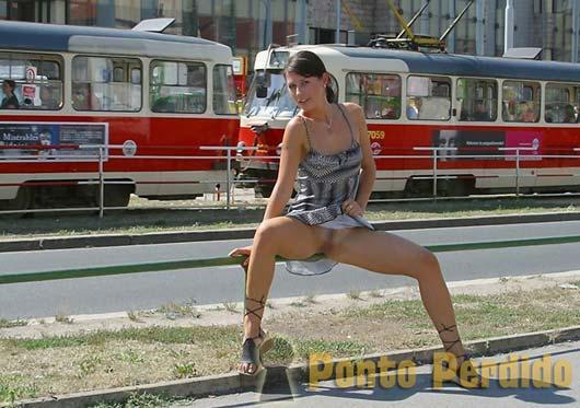 Fotos de Meninas Sem Calcinha Levantando a Saia em Público