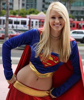 Loirinha fantasiada de SuperGirl