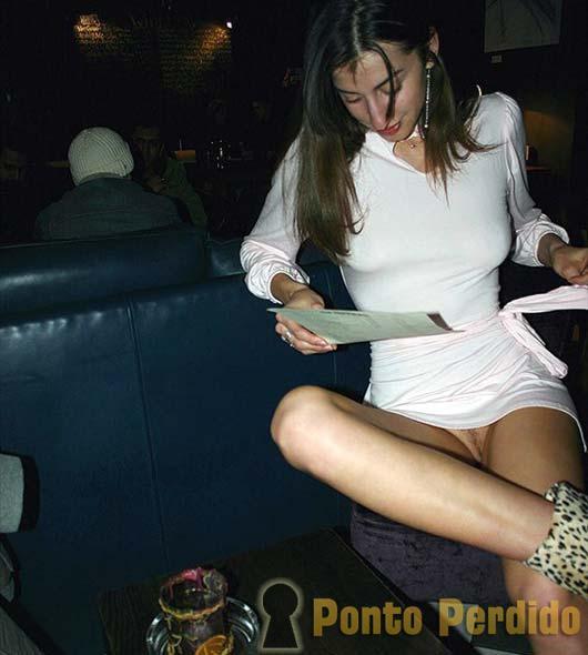 sem calcinha em publico 8 Garotas Sem Calcinha Levantam a Saia em Público e mostram a bucetinha