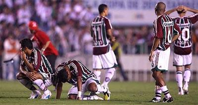 Decepção dos jogadores tricolores apos a derrota