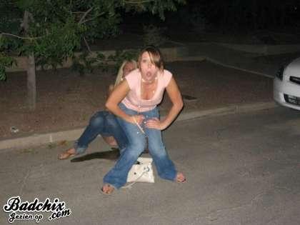 Garotas Perdidas: Mulheres Mijando em Público